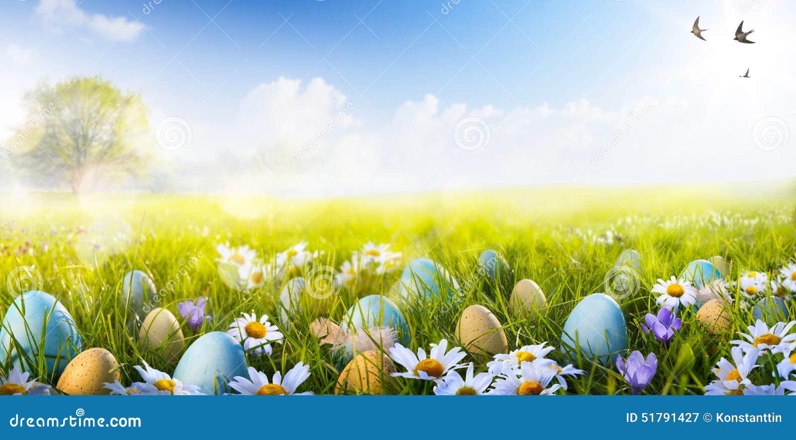 Oeufs d Art Colorful Easter décorés des fleurs dans l herbe