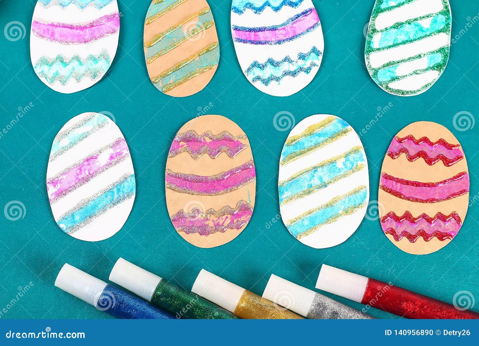 Oeufs de Diy pâques faits en timbre de carton et de pomme de terre, carte de voeux de Pâques sur le fond vert