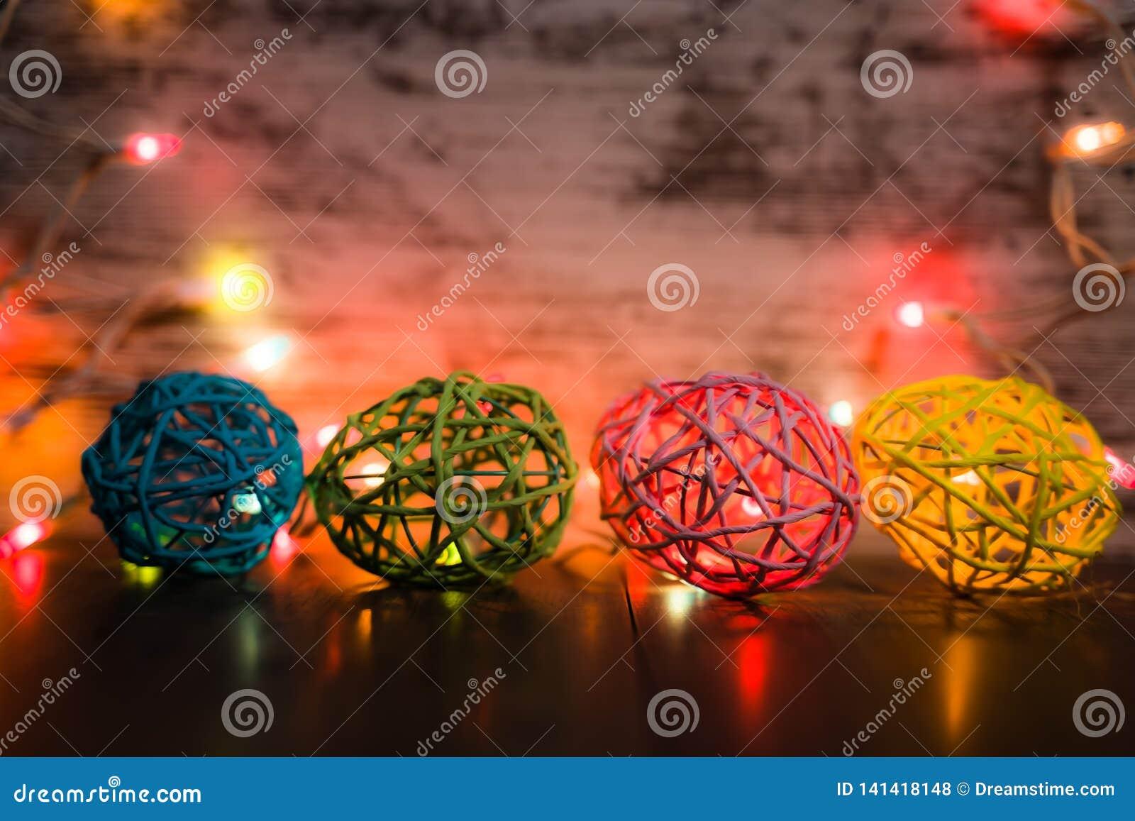 Oeufs de pâques à quatre fils avec des lumières