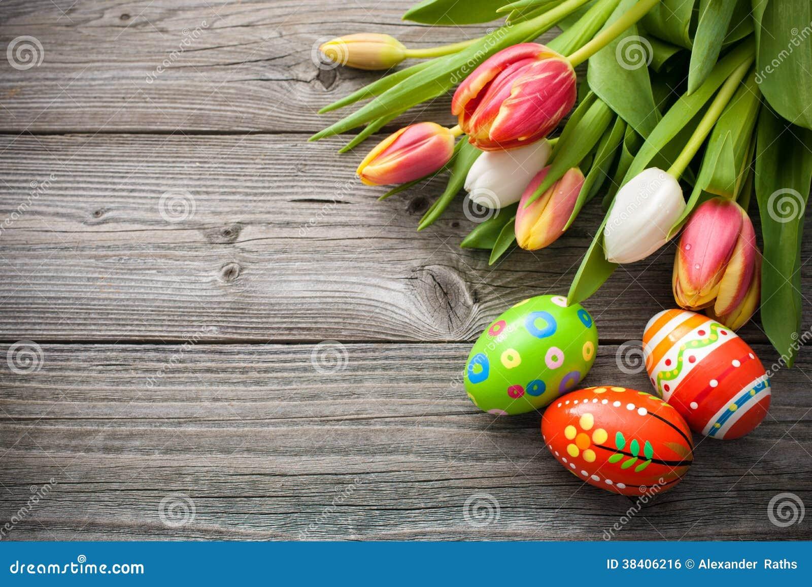 Oeufs de pâques avec des tulipes