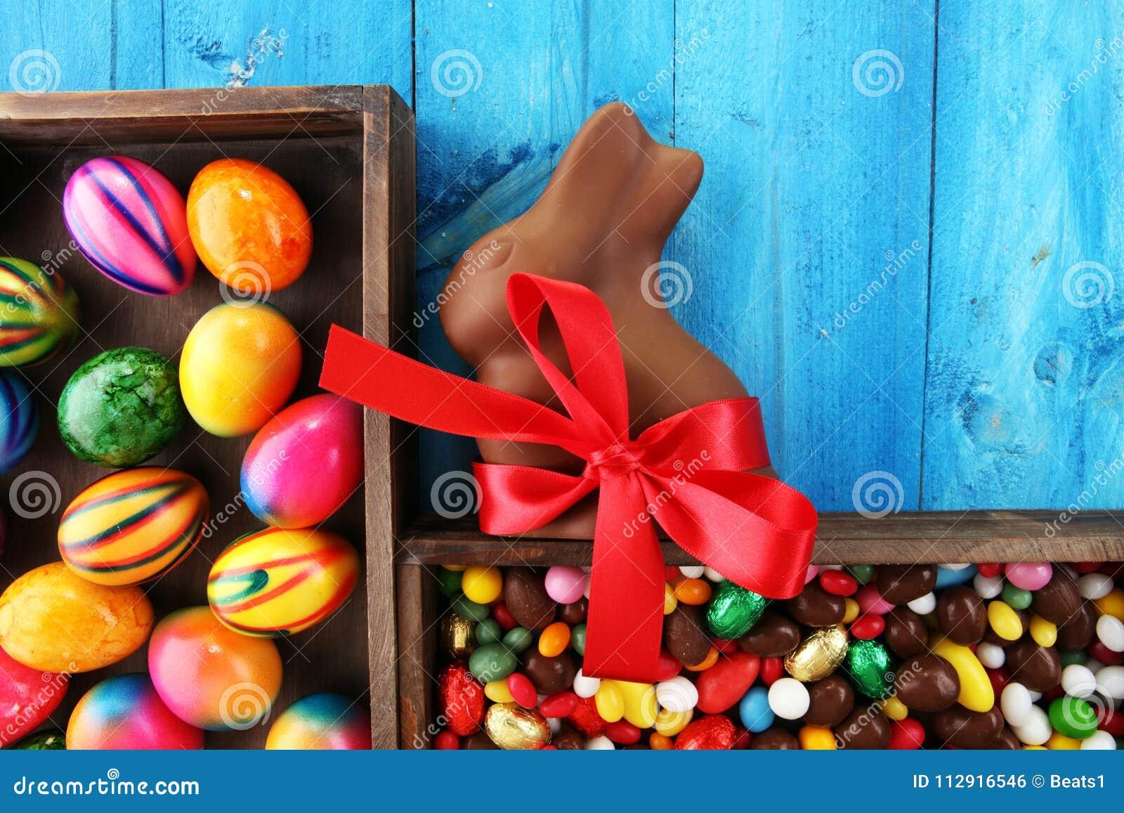 Oeufs de pâques de chocolat et lapin de chocolat et bonbons colorés