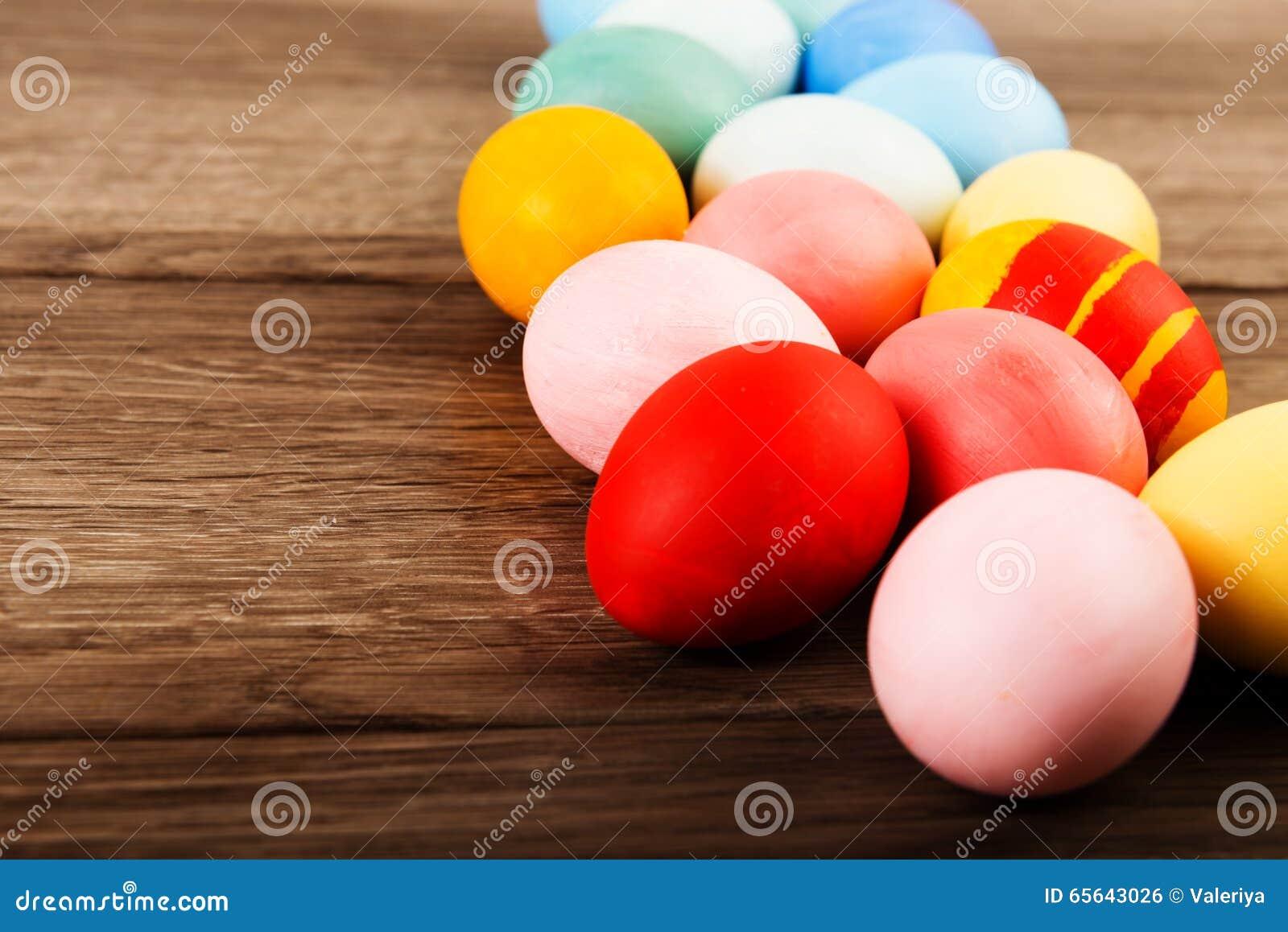 Oeufs de pâques colorés sur le fond en bois de table