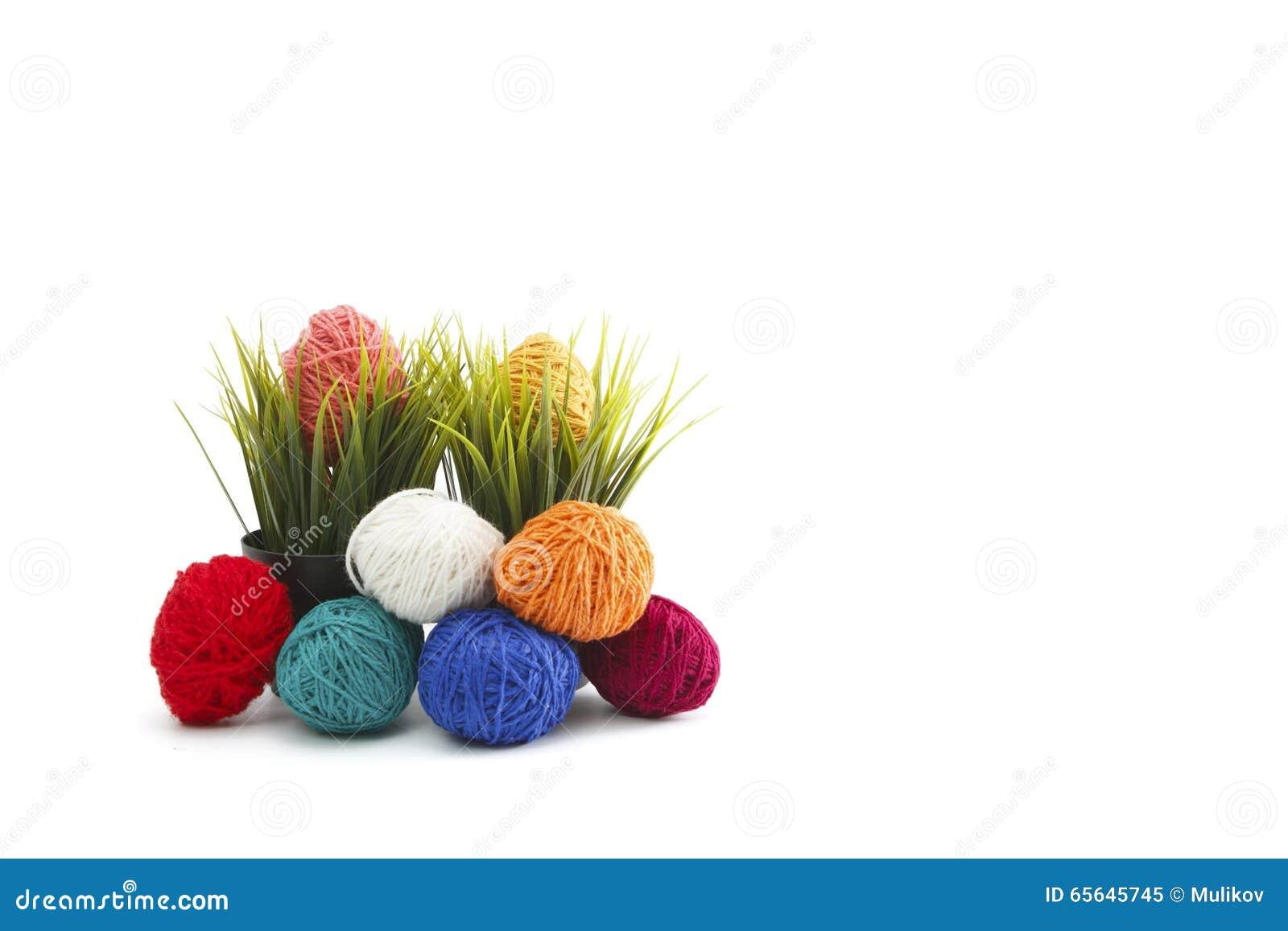 Oeufs de pâques décorés colorés d isolement de fil de laine