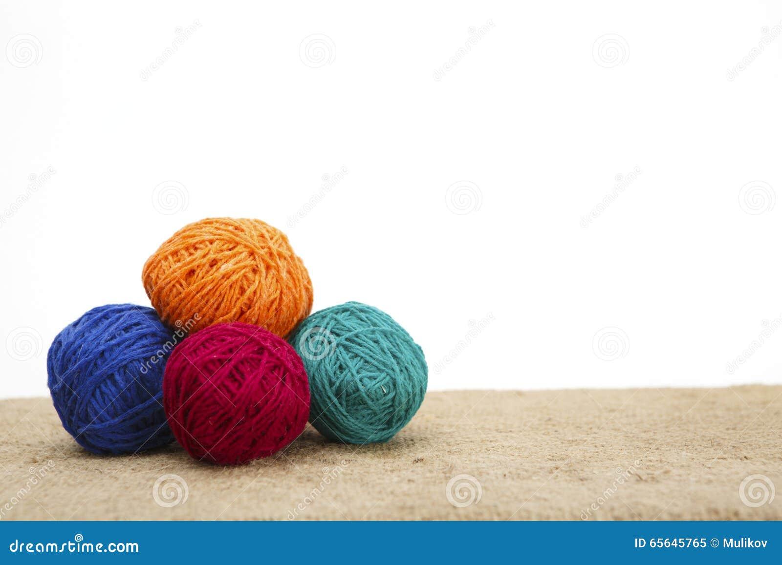 Oeufs de pâques décorés colorés de fil de laine