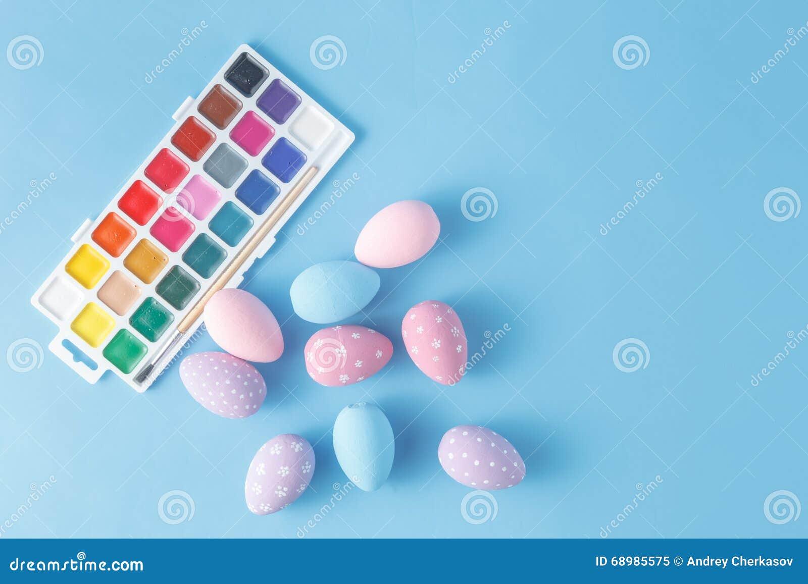 Oeufs de pâques peints à la main dans des couleurs en pastel