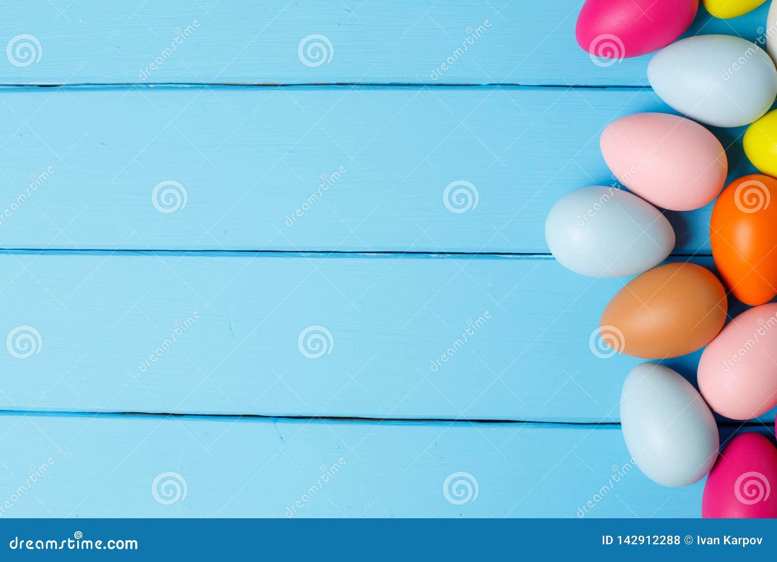 Oeufs de pâques sur le fond en bois bleu