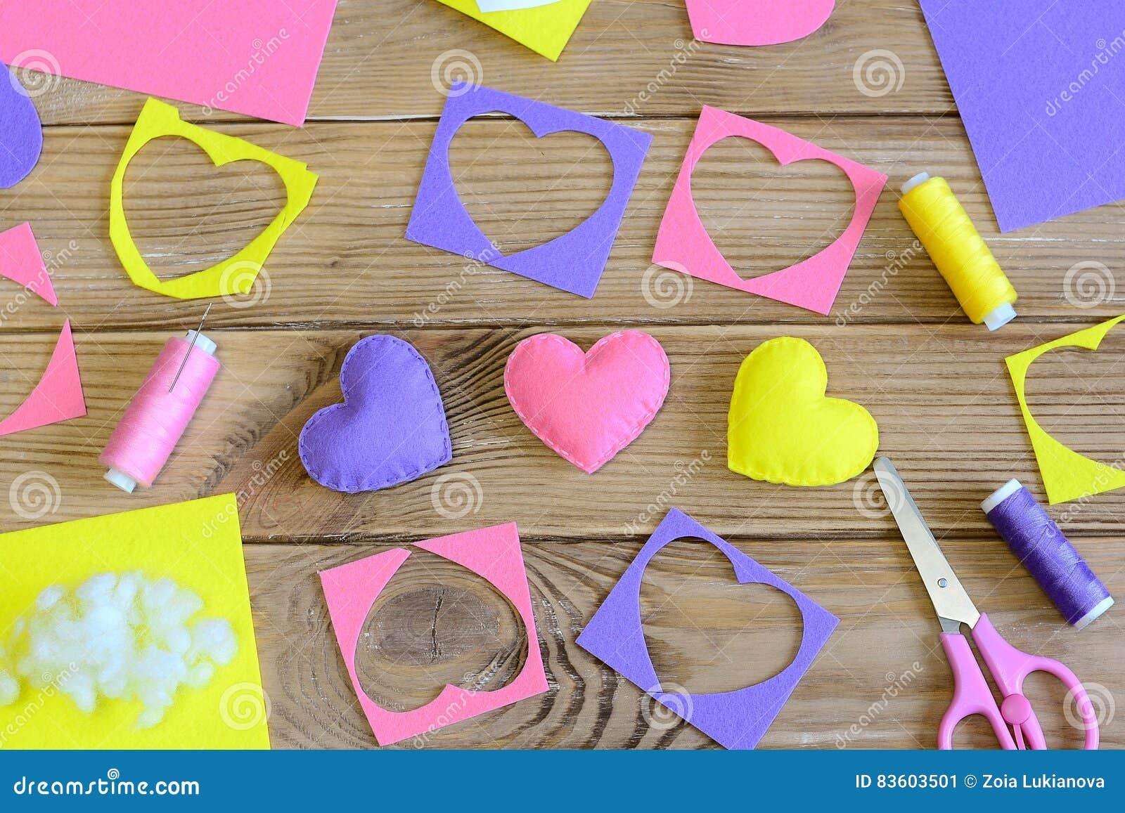 Ofícios dos corações do dia do ` s do Valentim Presentes coloridos feitos do feltro, sucatas dos corações de feltro, tesouras, li