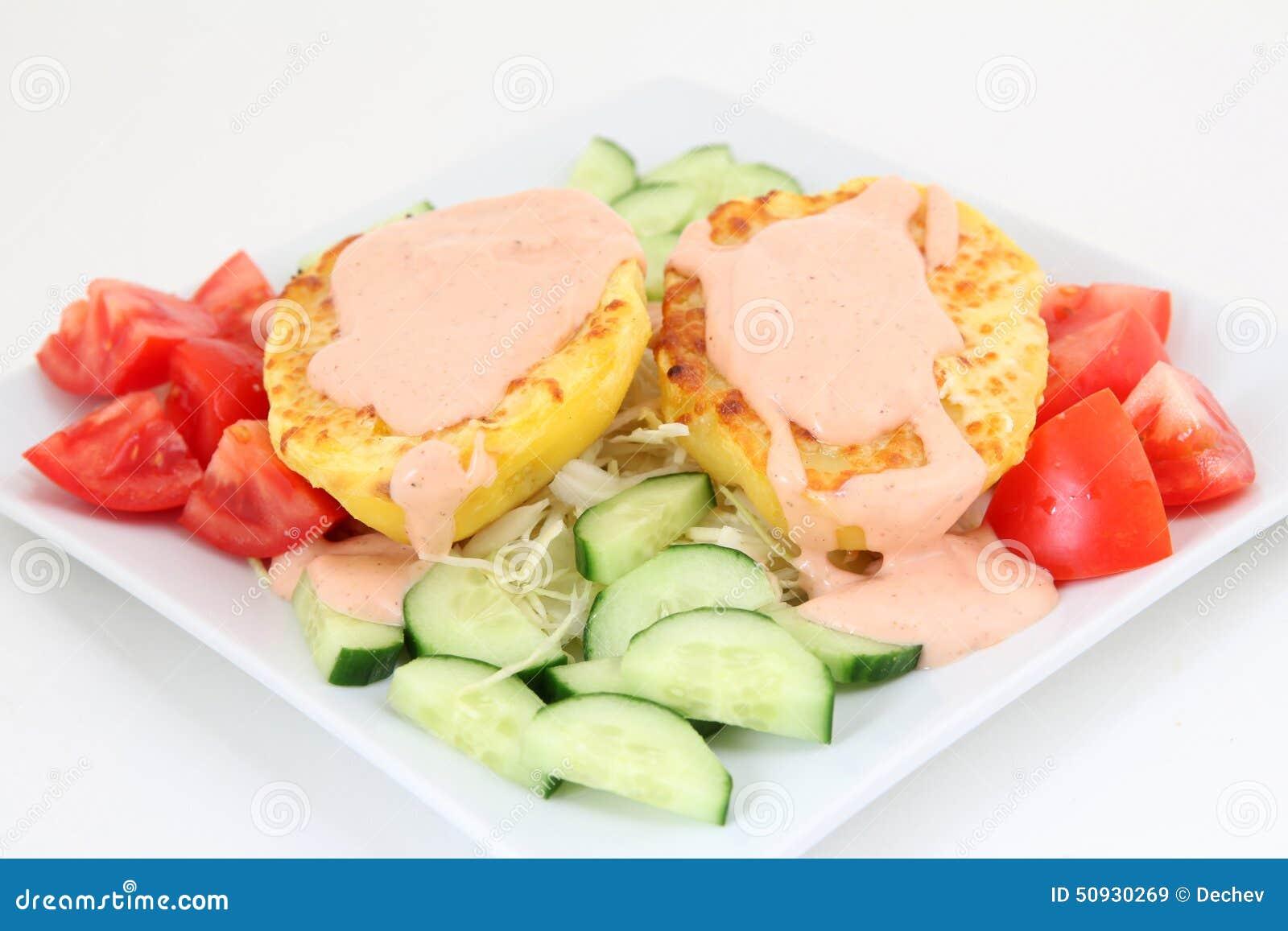 Ofenkartoffeln mit Soße und Gemüse