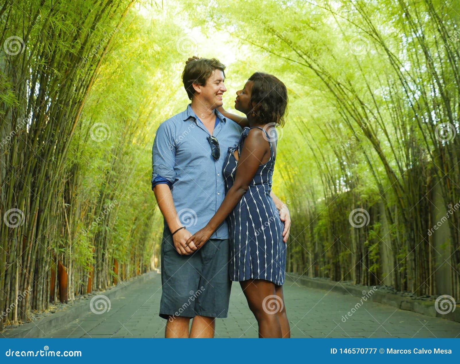 Oferta mieszał pochodzenie etniczne pary cuddling outdoors z atrakcyjną czarną afro Amerykańską kobietą i przystojnym Kaukaskim c