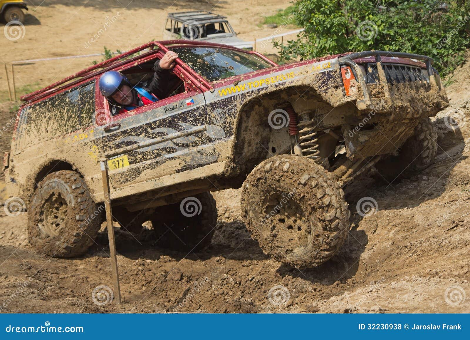 Off road auto op een steile helling redactionele stock foto beeld 32230938 - Tuinmeubilair op een helling ...