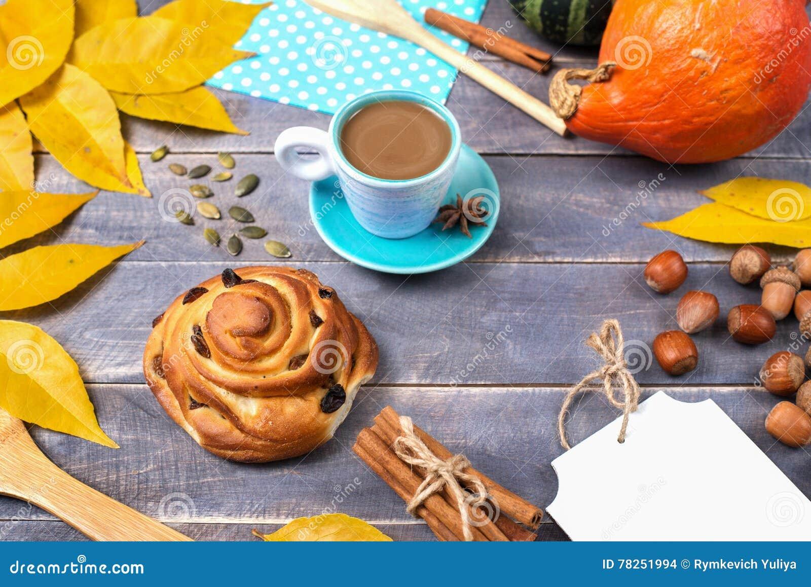 Offee Ð ¡ με την κανέλα και muffin με τις σταφίδες το φθινόπωρο stil