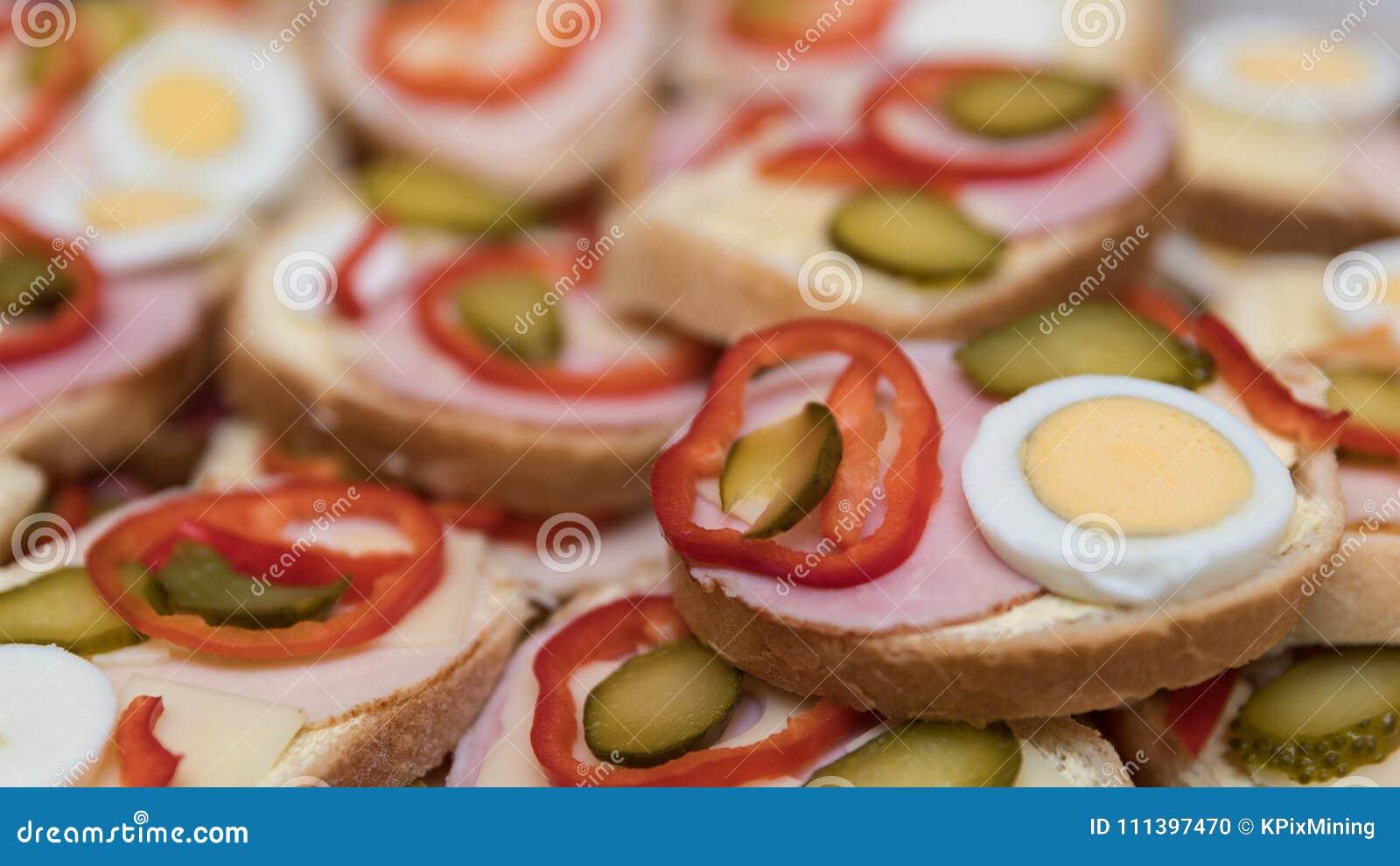 Offen-Gesichtssandwiche mit Wurst und Gemüse als Hintergrund