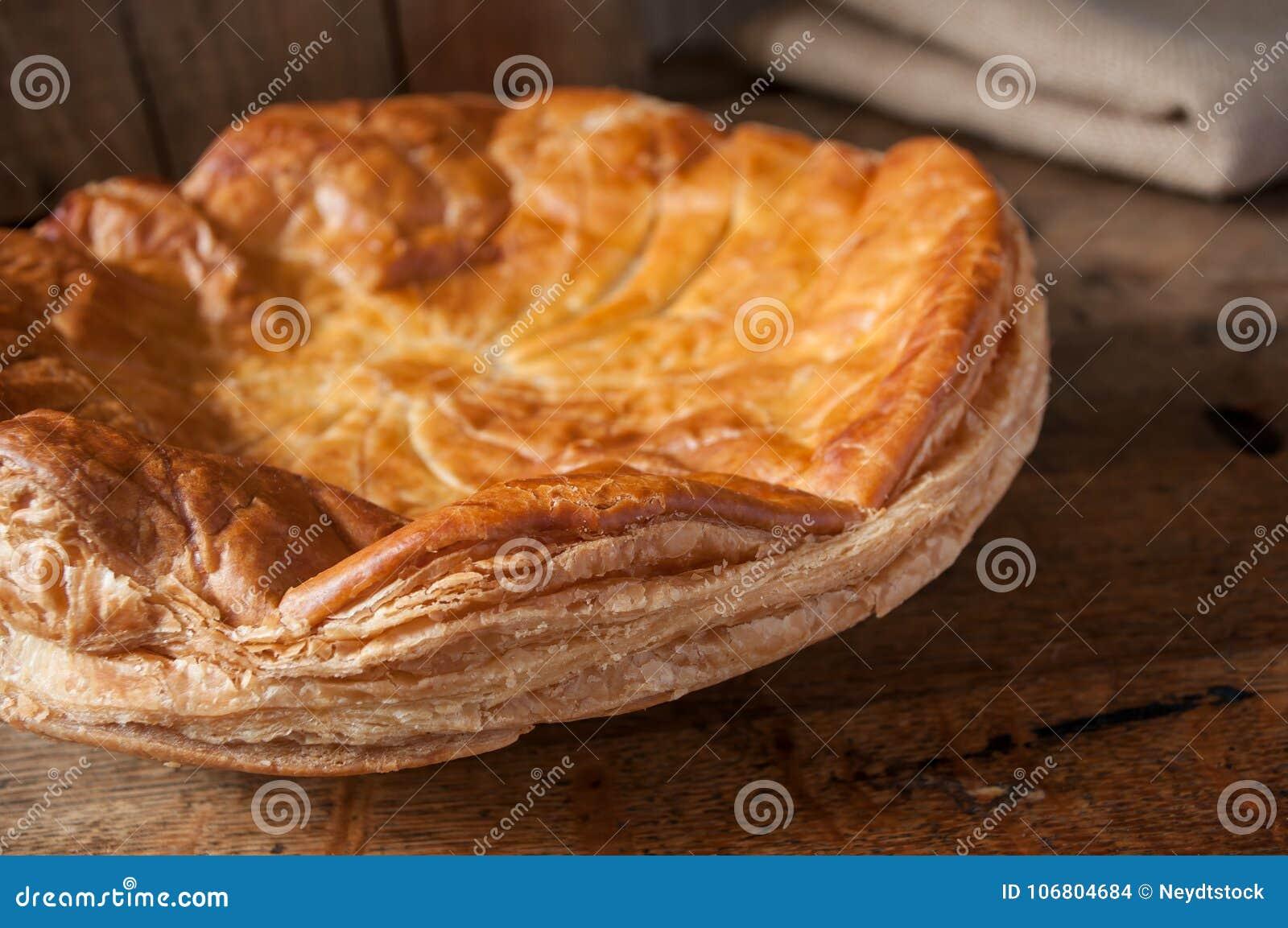 Download Offenbarungskuchen Mit Goldener Krone Auf Holztisch Backg Stockfoto - Bild von kuchen, selbstgemacht: 106804684