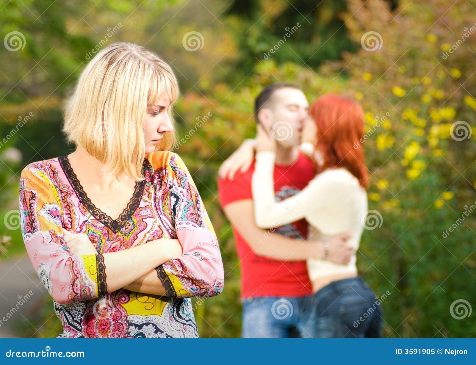 Три девушки поймали парня и, В парке три девушки раздели парня и дрочат ему член 24 фотография