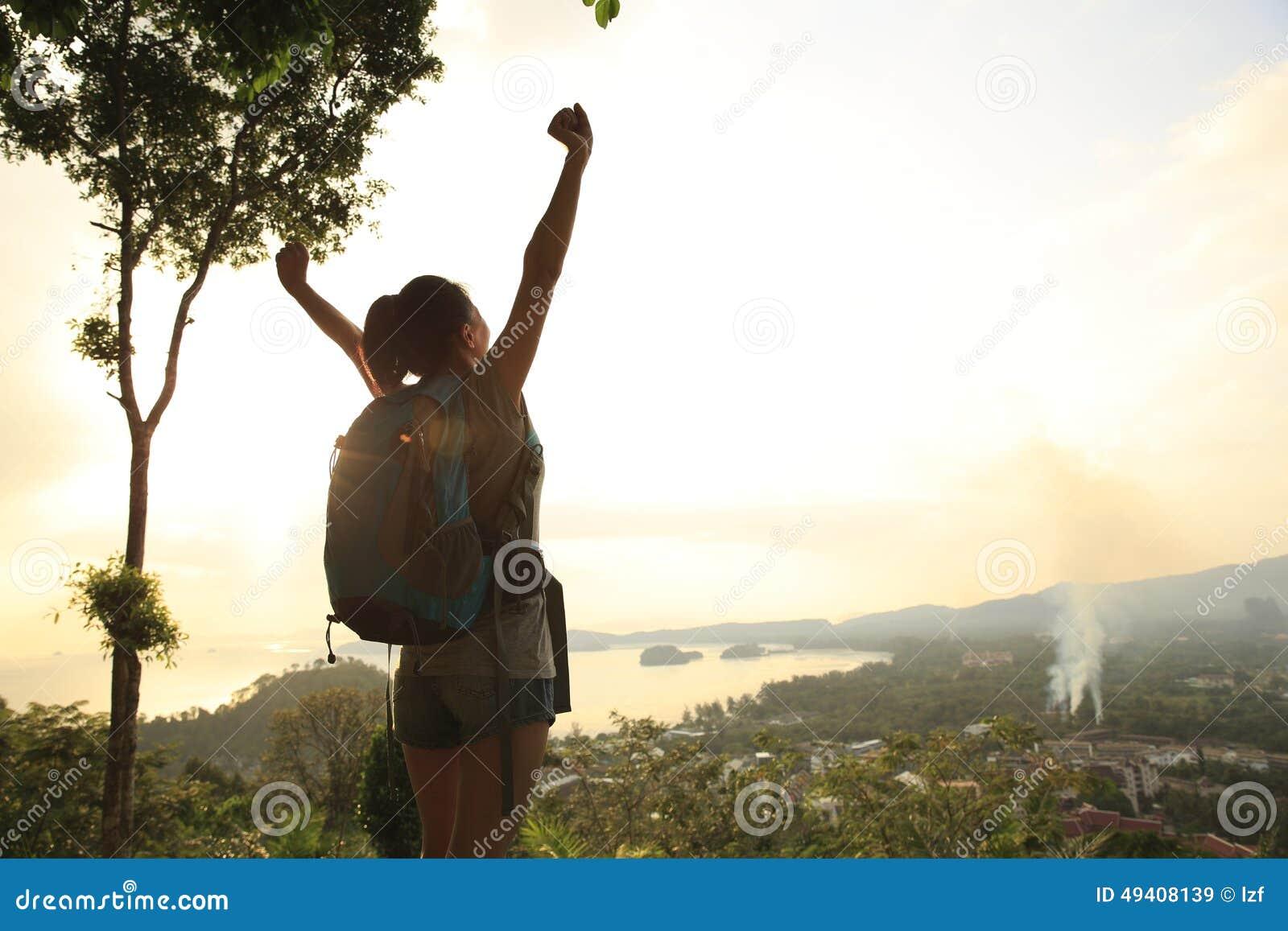 Download Offene Arme Des Frauenwanderers Stockbild - Bild von lebensstil, schwarzes: 49408139
