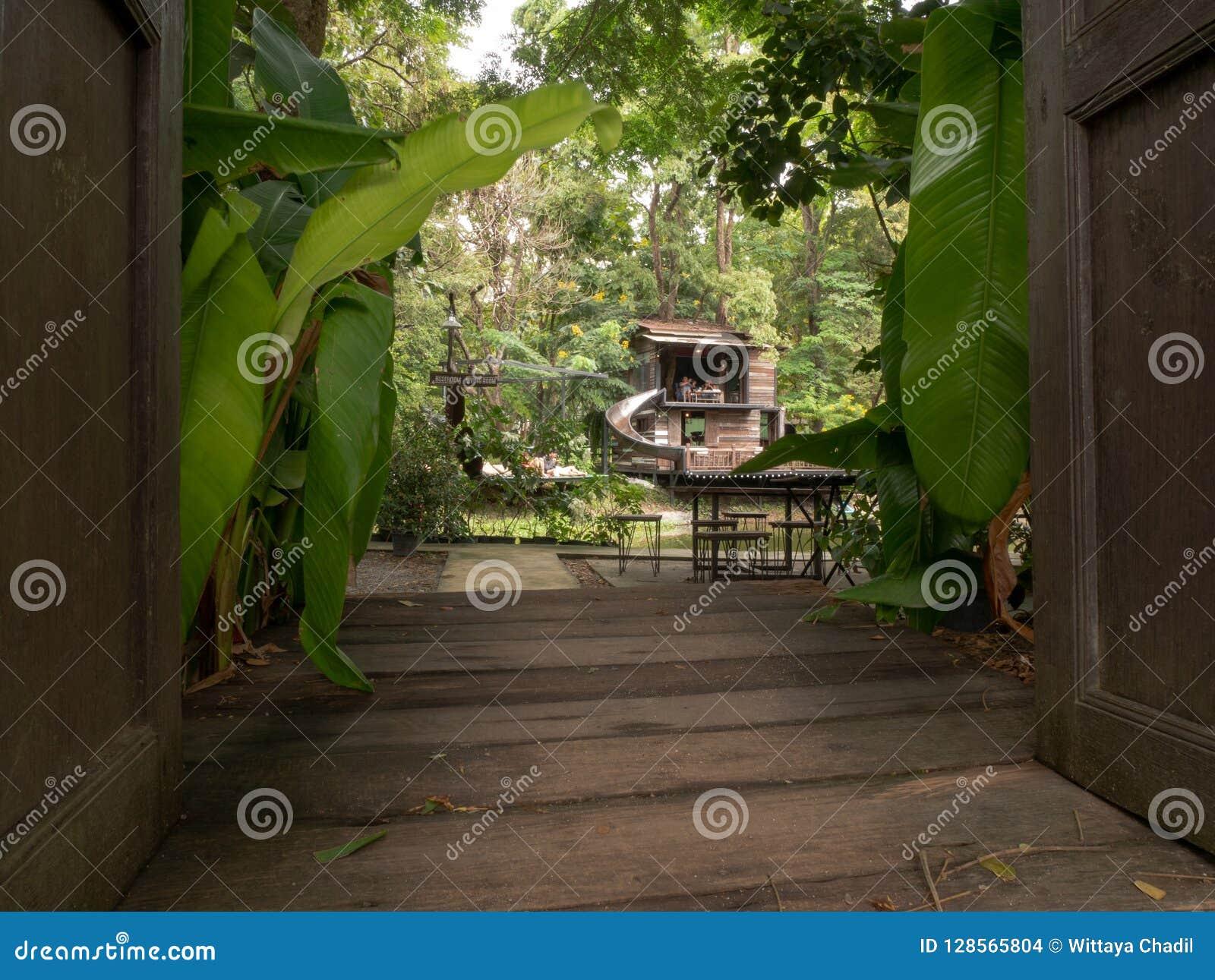 Offene Türen, zum im Garten zu arbeiten Weg und Kaffeestube