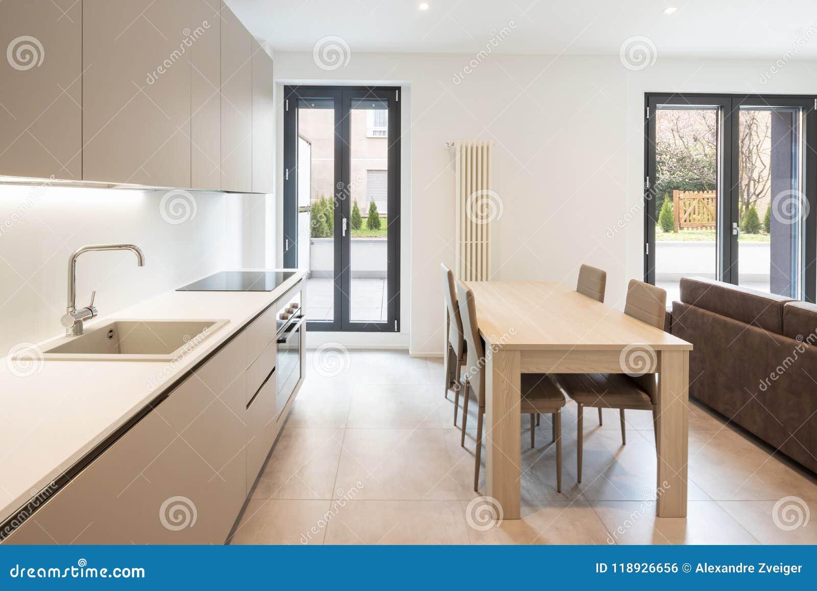 Offener Raum Mit Eleganter Küche Und Wohnzimmer Stockfoto ...