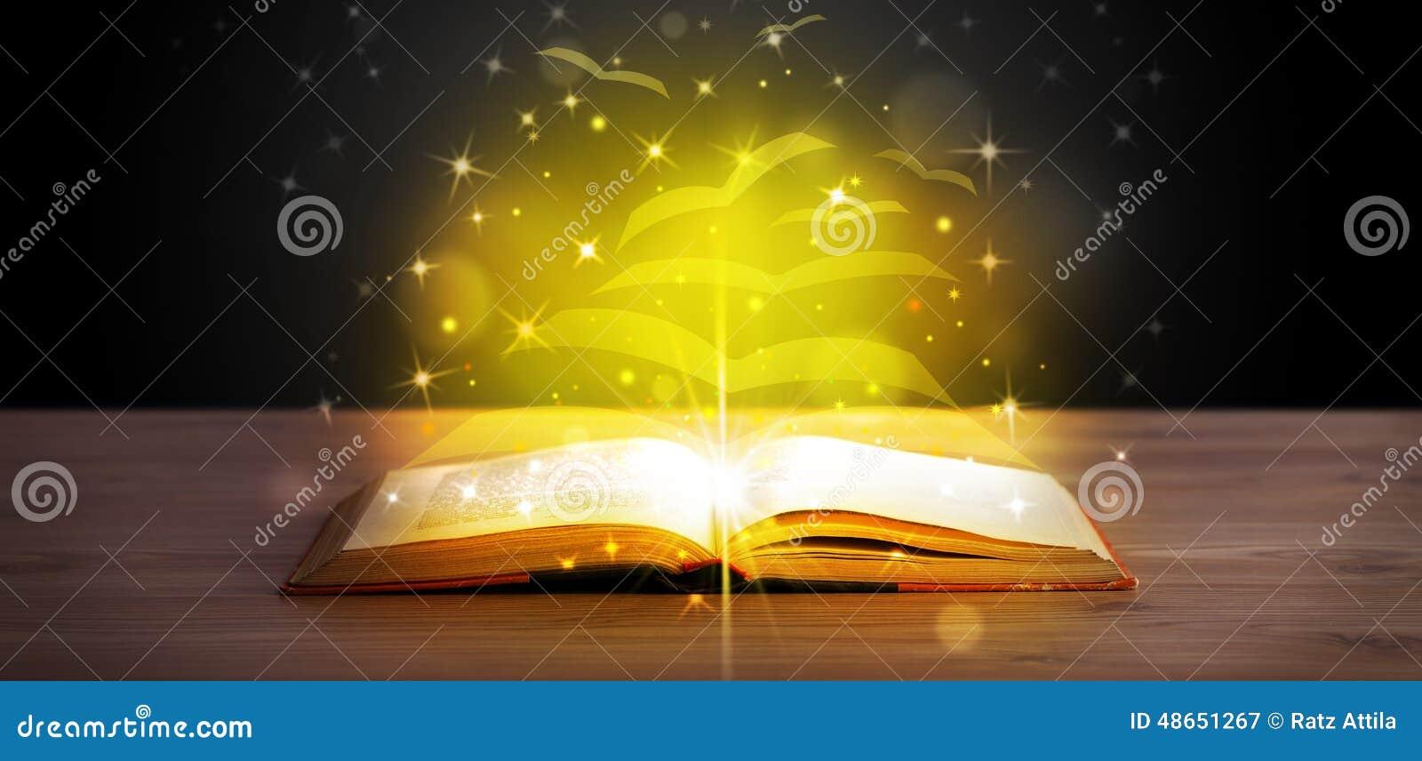 Offenes Buch mit Fliegenpapierseiten des goldenen Glühens