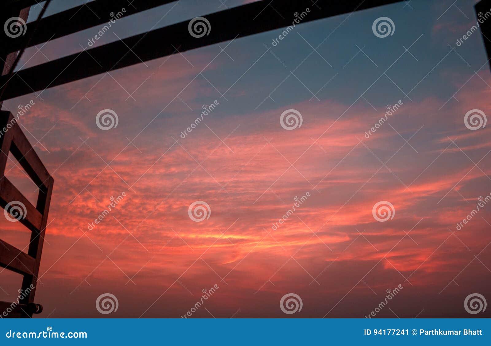 Offenes fenster himmel  Offenes Fenster-drastischer Himmel Stockfoto - Bild: 94177241