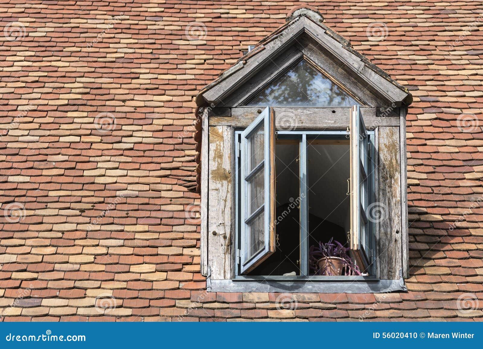 Offenes fenster im winter  Offenes Fenster In Einem Alten Mansardenfenster Auf Einem Dach Mit ...