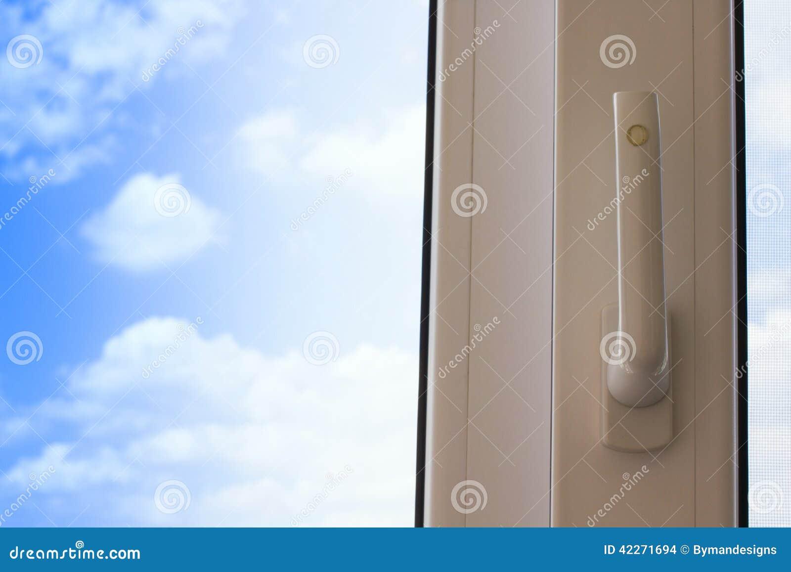 Offenes fenster himmel  Offenes Fenster Mit Blauem Himmel Im Hintergrund Stockfoto - Bild ...