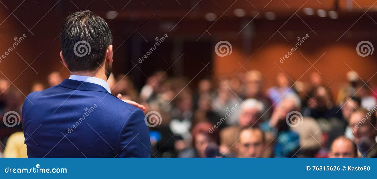 Offentlig högtalare som ger samtal på affärshändelsen