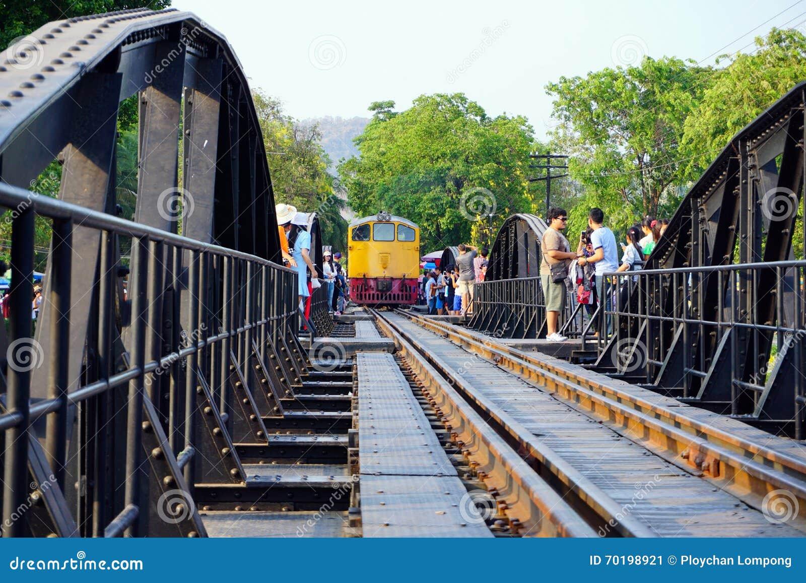 Offentlig thailändsk drevjärnväg på den flodKwai bron