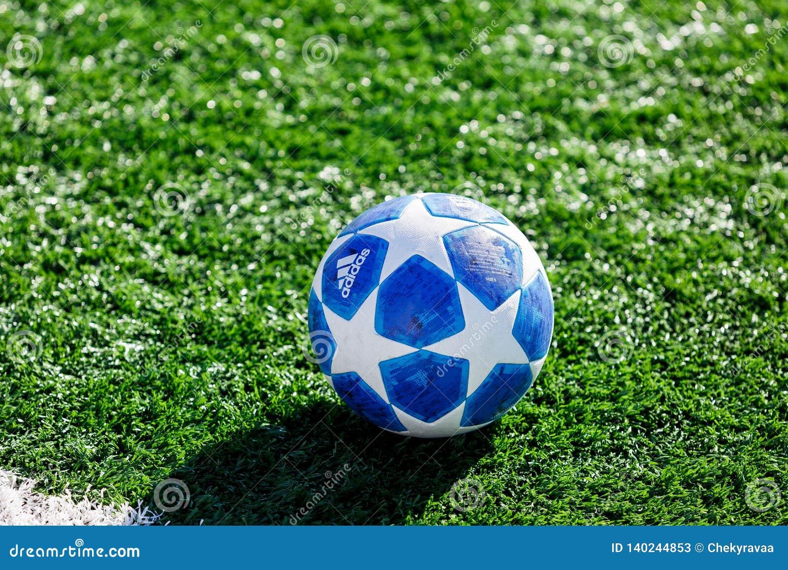 Officiell matchboll av för Adidas för UEFA Champions Leaguesäsong 2018/19 utbildning för överkant final på gräs