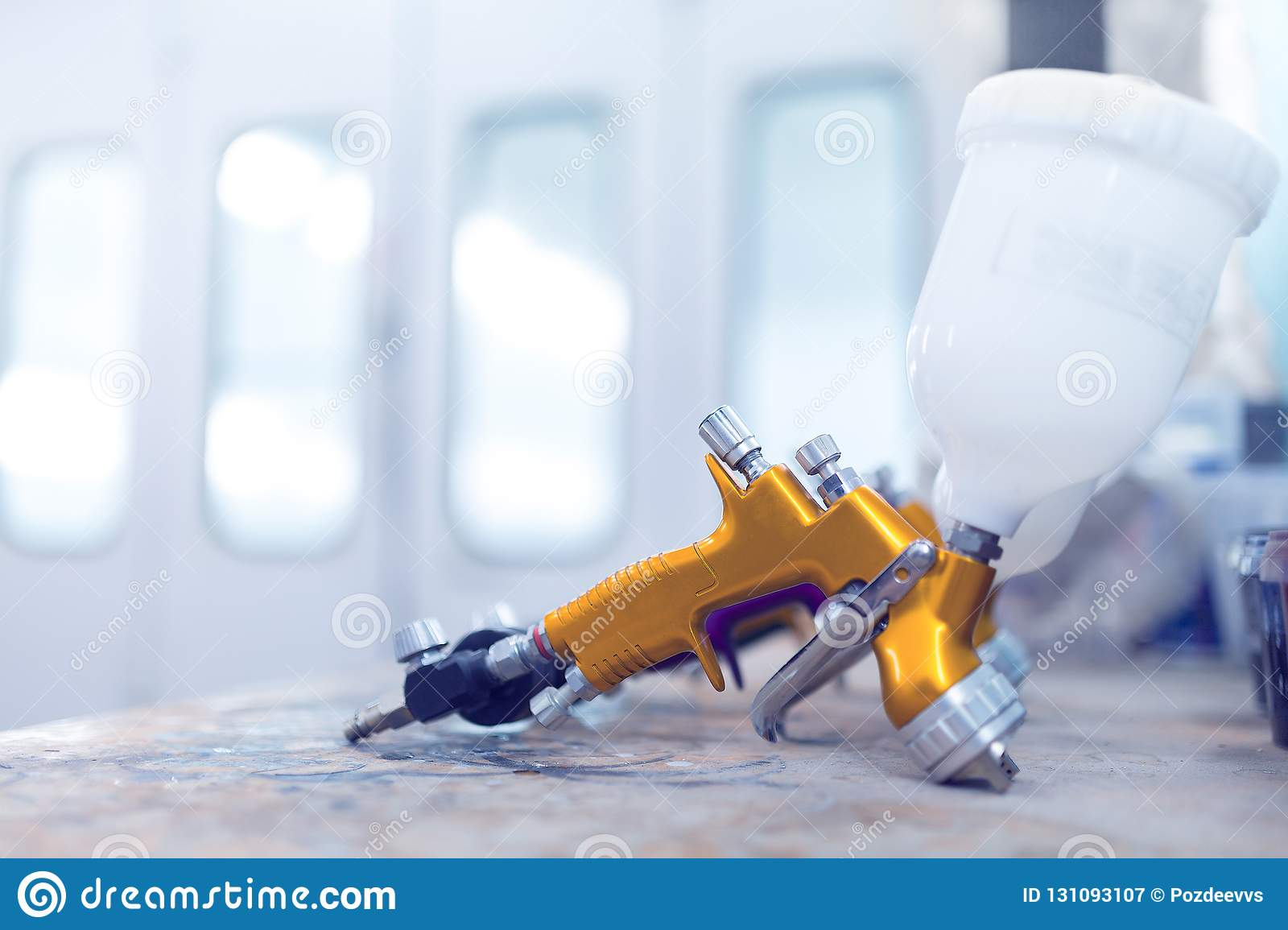 Officina della pistola a spruzzo due nella camera della pittura