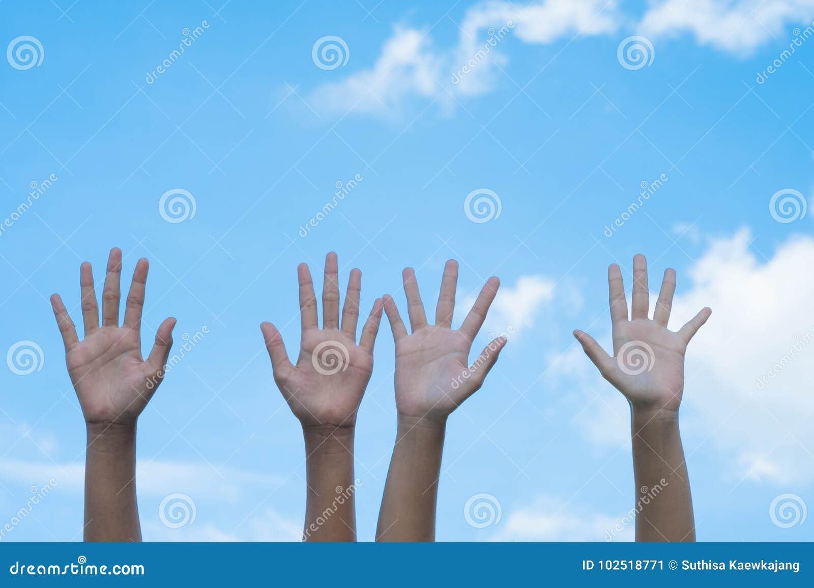 Offrir le concept Mains des personnes avec le ciel bleu sur le backgroun