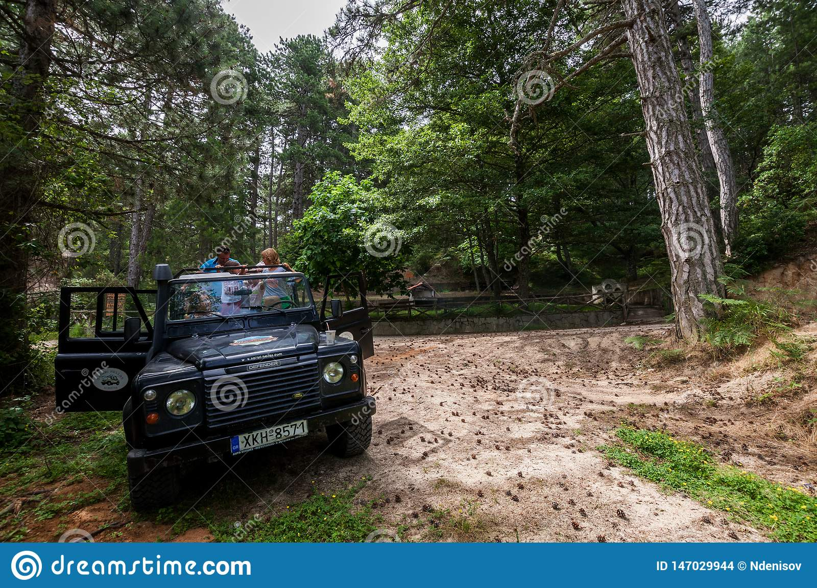 Offroad autoland Rover Defender 110 in openlucht