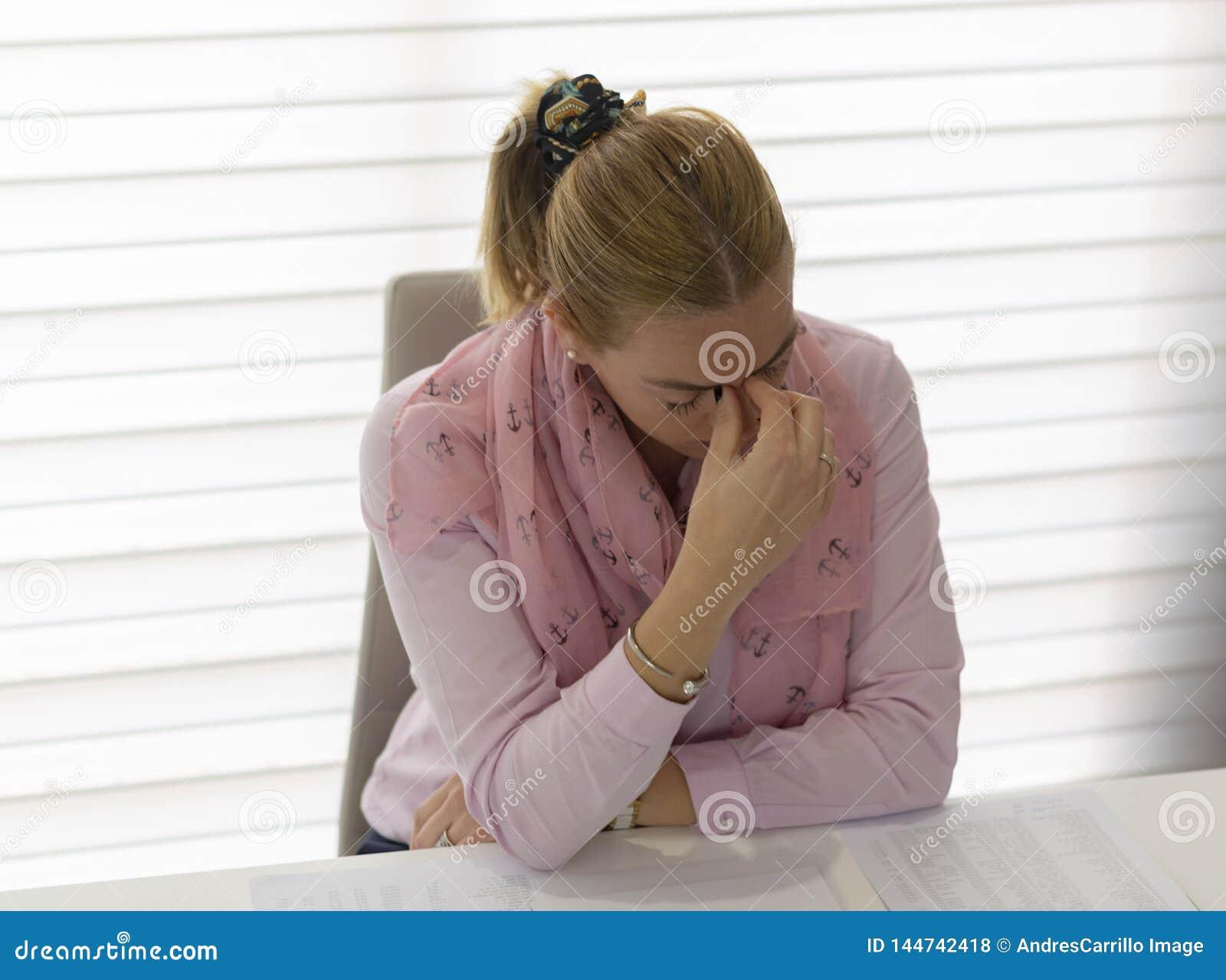 Женщина работая в oficce