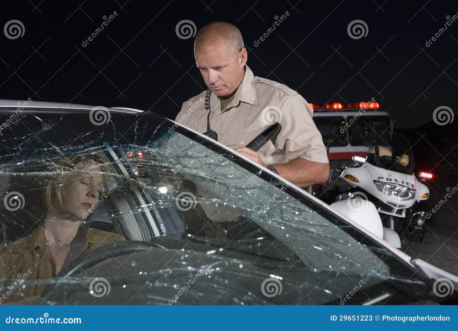 Oficer Patrzeje Nieświadomie kobiety W samochodzie