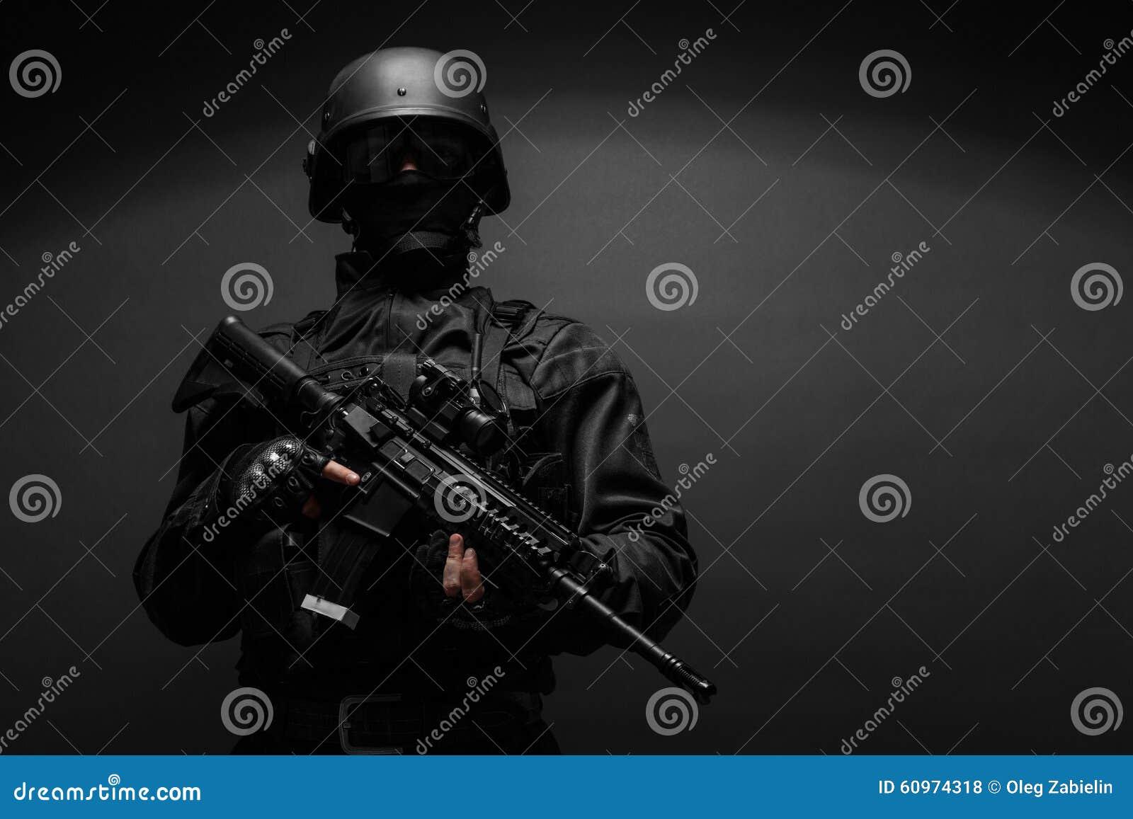 Oficial de policía con las armas