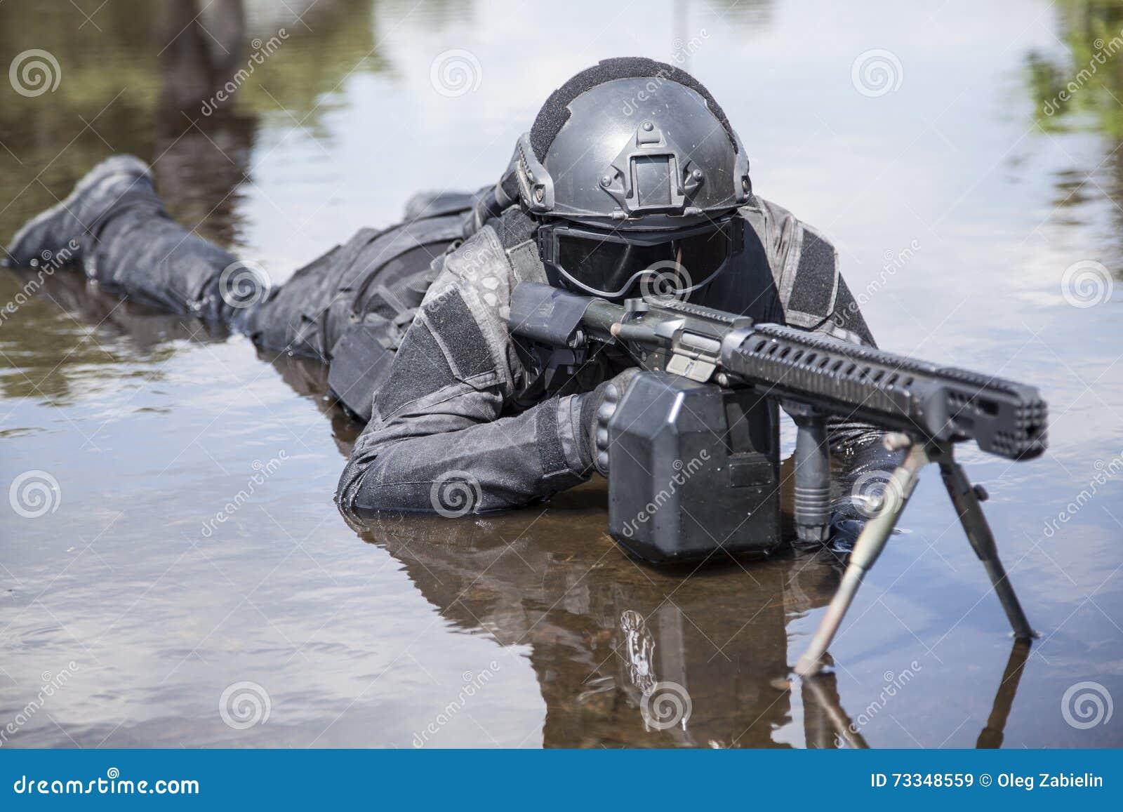 Oficial de policía de los ops de espec.