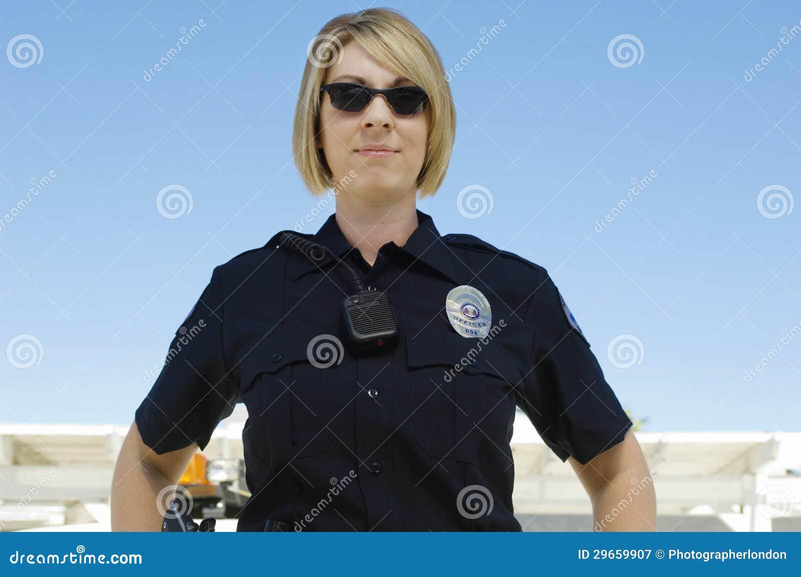 Oficial de policía Wearing Sunglasses