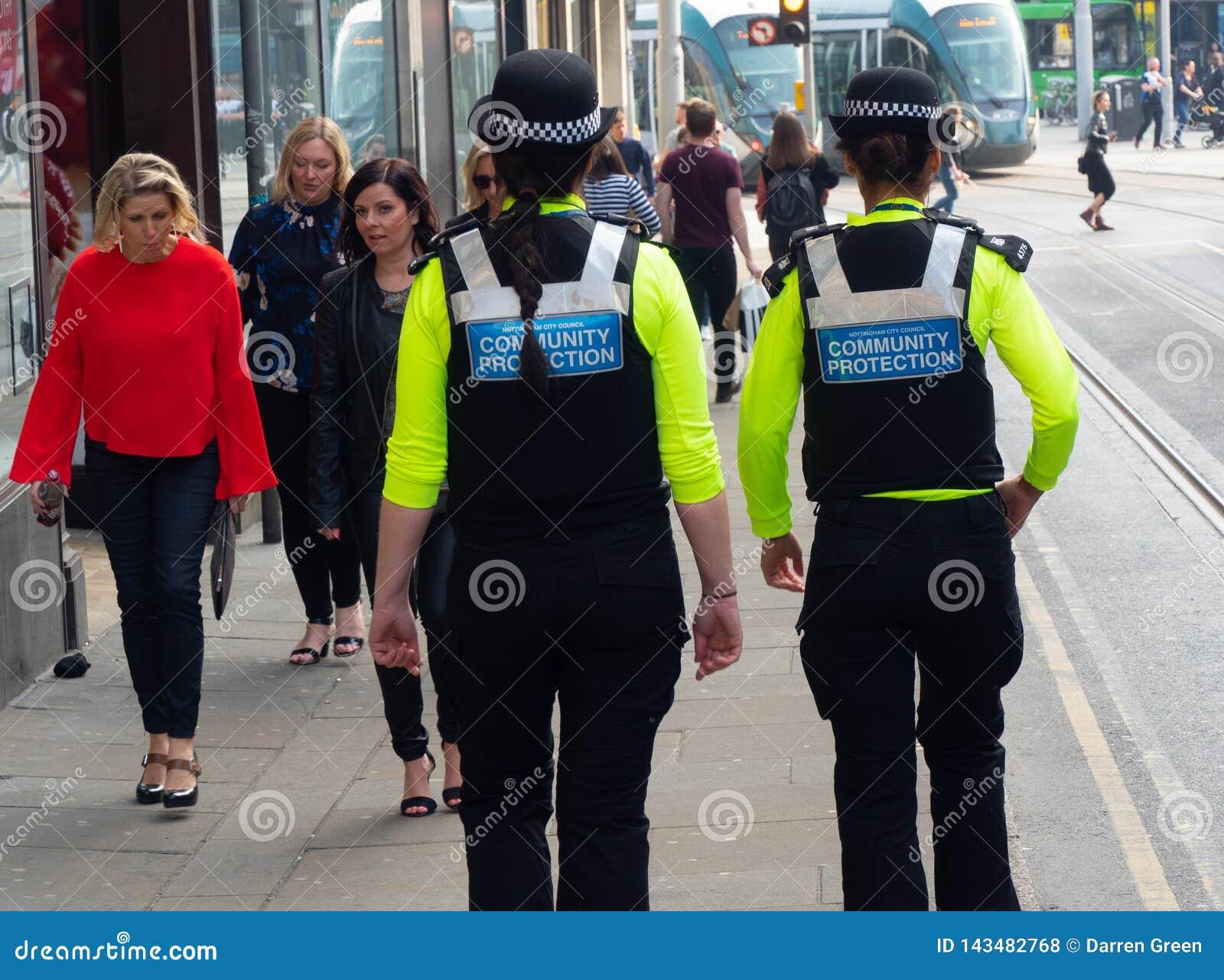Oficiales de la protección de la comunidad en patrulla en Nottingham