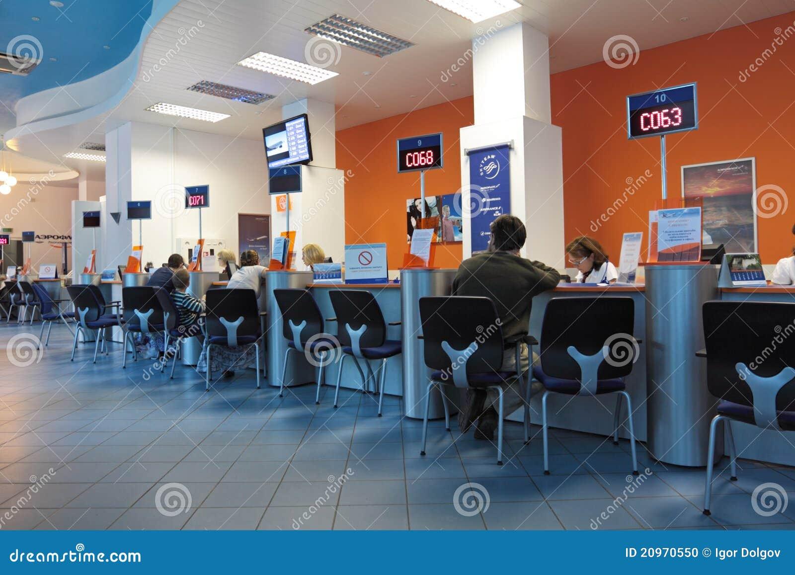 Oficina imagen editorial imagen de comercio gente mosc for Oficina atencion al contribuyente madrid