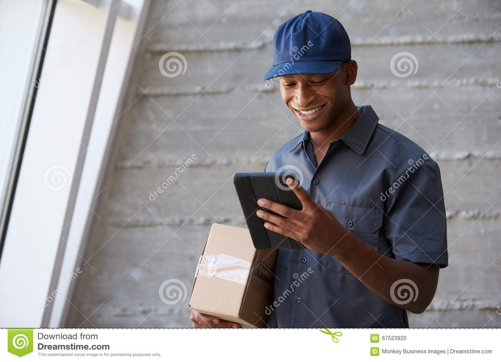 Oficina de Collecting Package From del mensajero