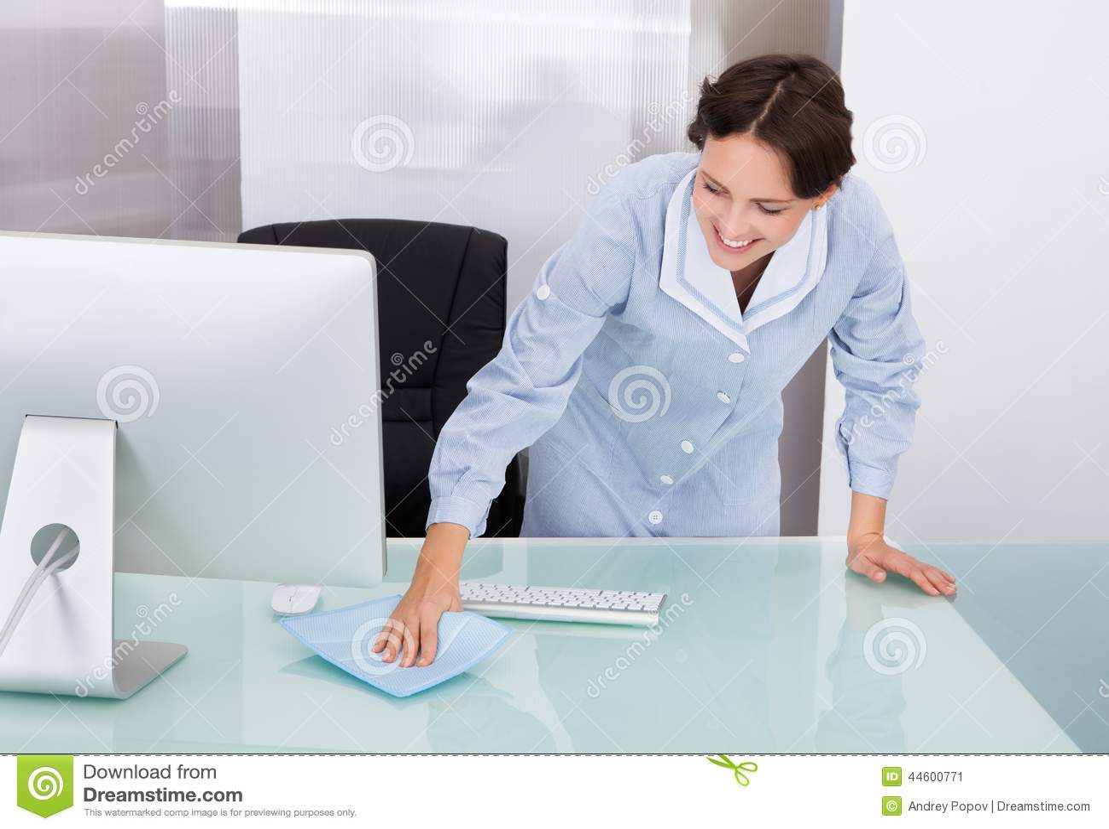 Oficina de la limpieza del trabajador de sexo femenino imagen de archivo imagen de hermoso - Sexo en la oficina ...