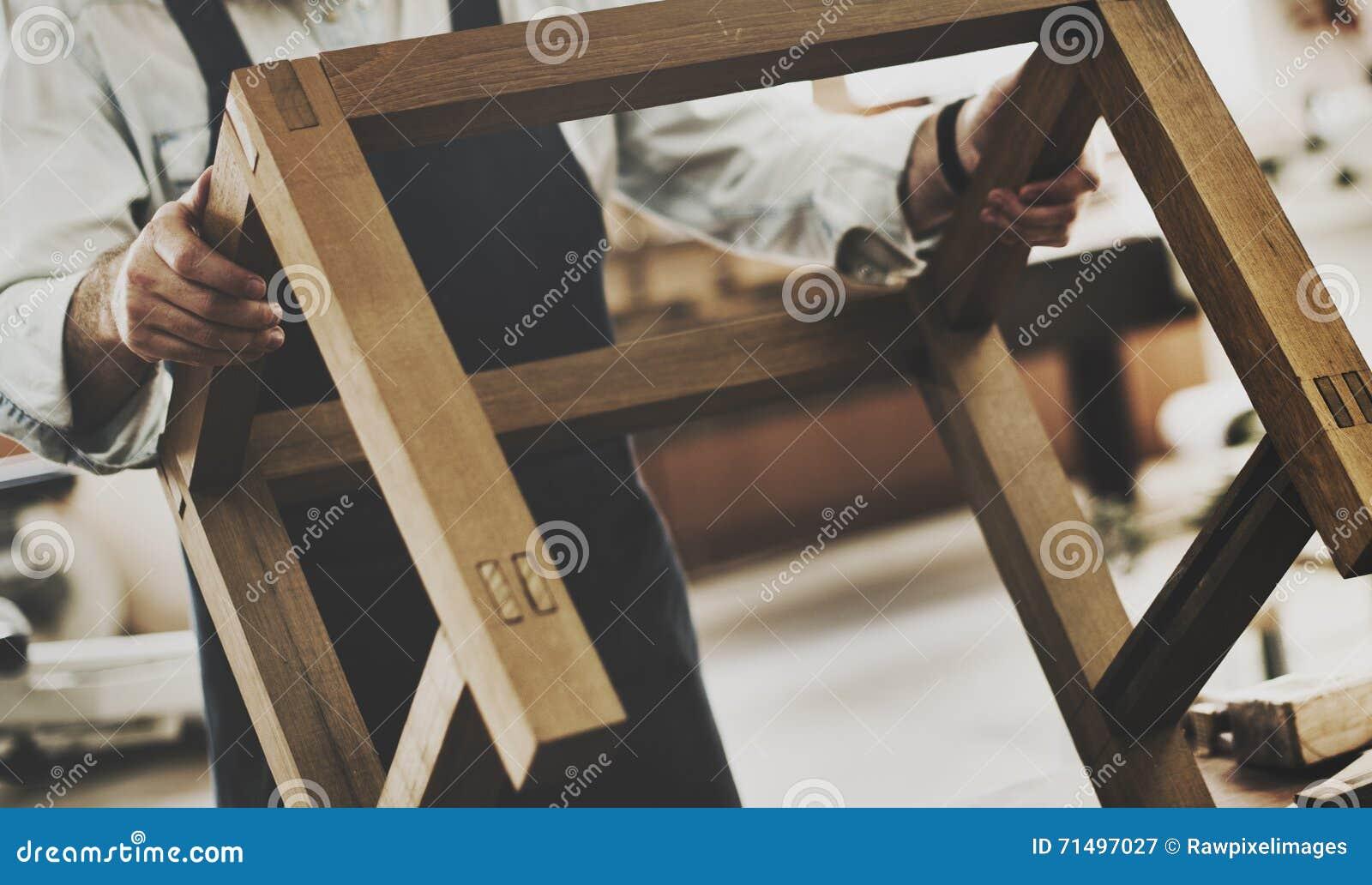 Oficina de madeira de Craftmanship Carpentry Handicraft do carpinteiro concentrada