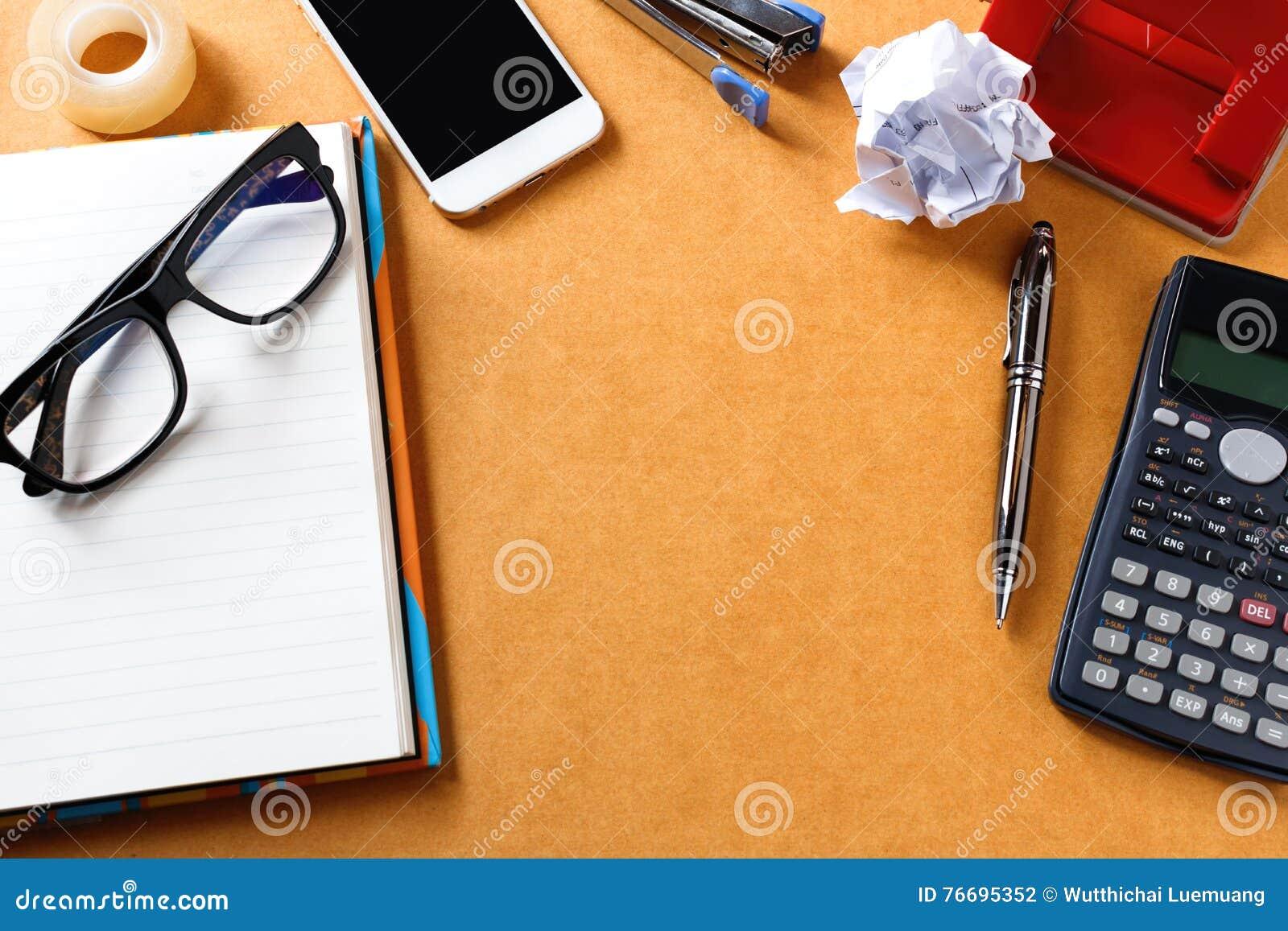 Oficina de madera o tabla casera del escritorio con muchas cosas en ella Tapa v