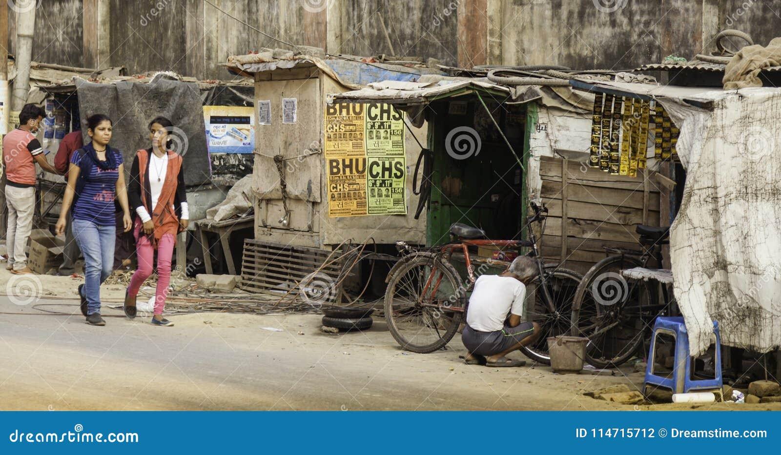 Oficina de reparações do ciclo no lado da rua