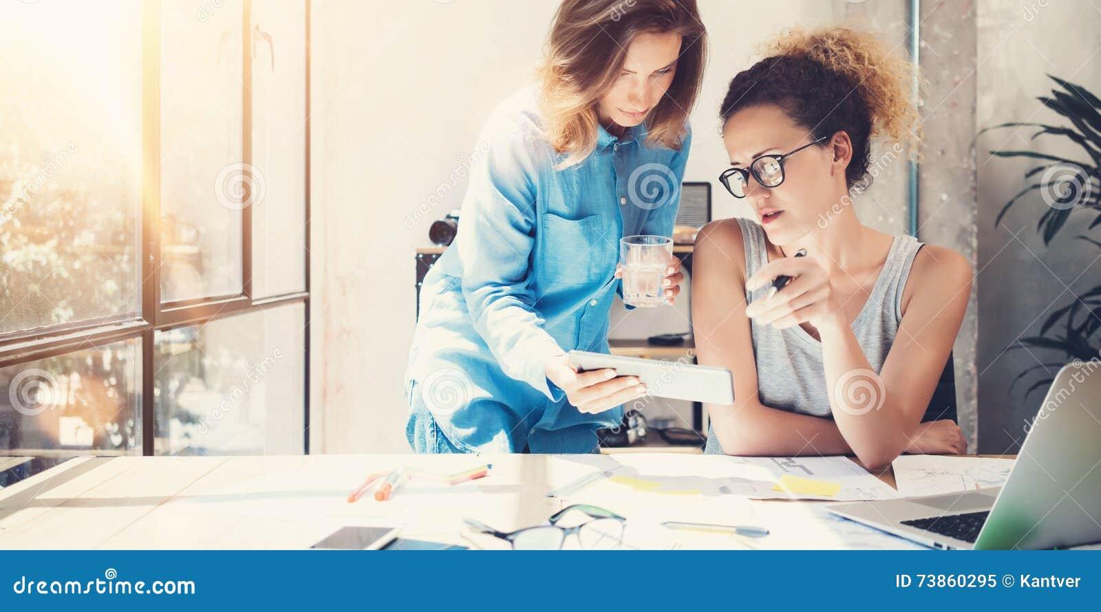 Oficina del desván de Team Work Process Modern Interior de los compañeros de trabajo Productores creativos que hacen grandes deci