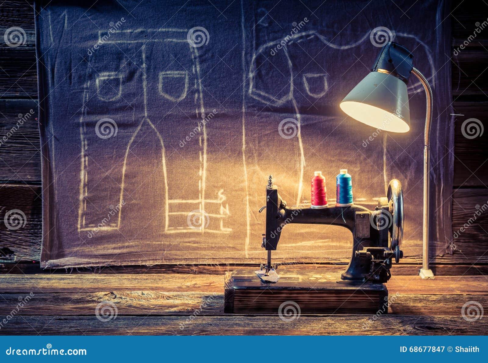 Oficina do alfaiate com máquina de costura e pano
