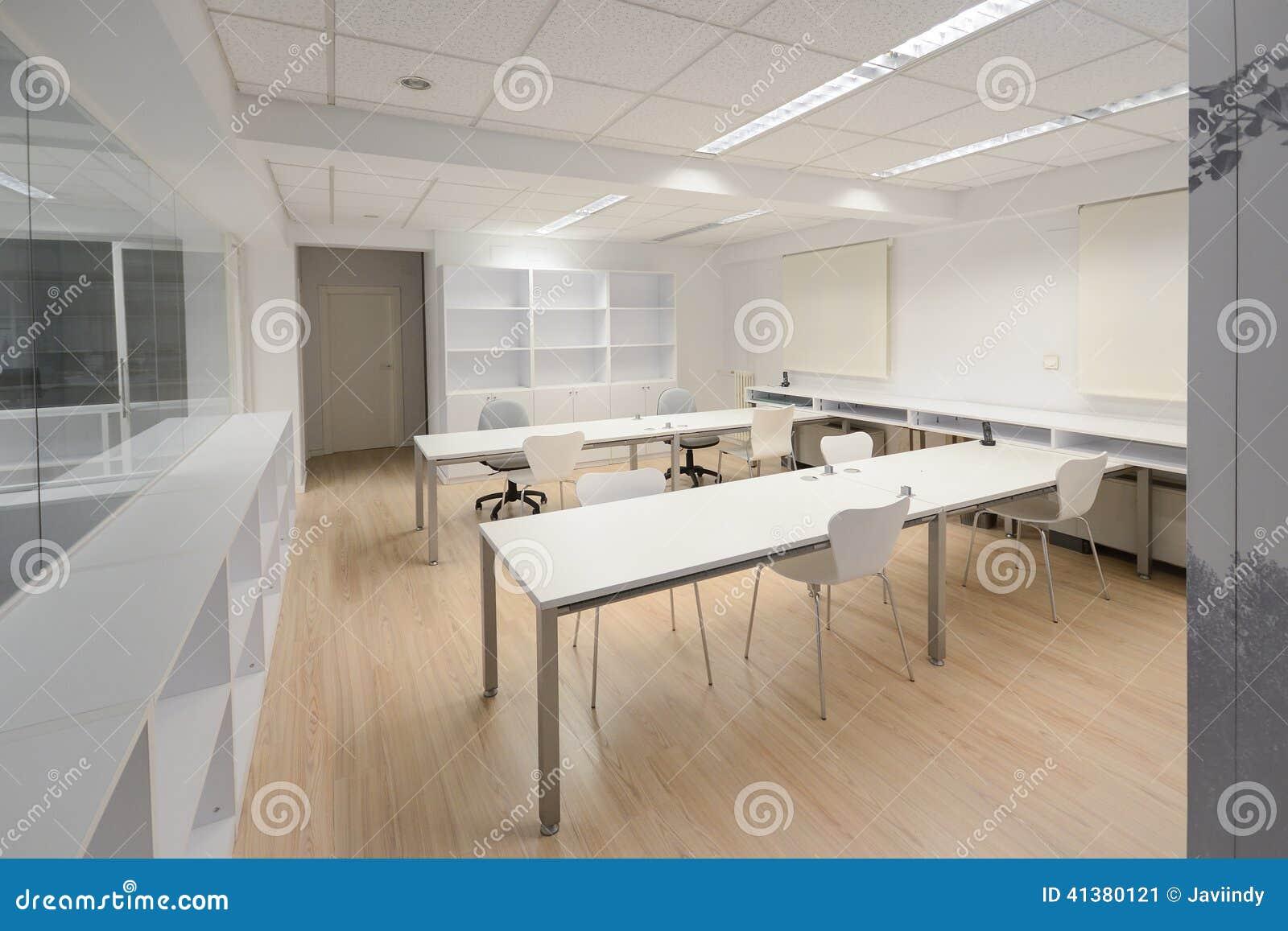 Oficina moderna con los muebles blancos