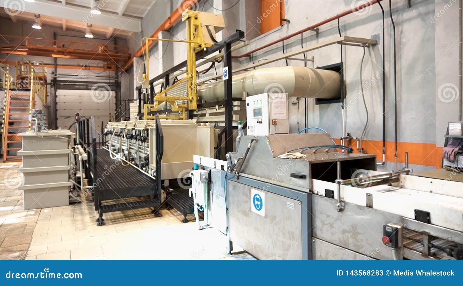 Oficina moderna da carpintaria com máquinas e ferramentas, conceito de fabricação footage Equipamento instalado dentro no