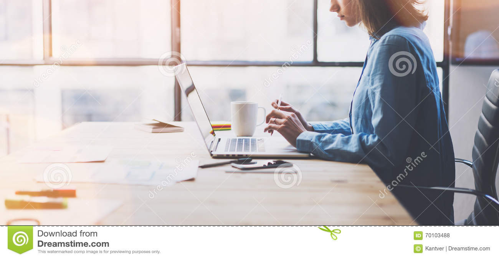 Oficina moderna de proceso de trabajo Tabla de madera de trabajo del encargado de las finanzas de los jóvenes con nueva puesta en