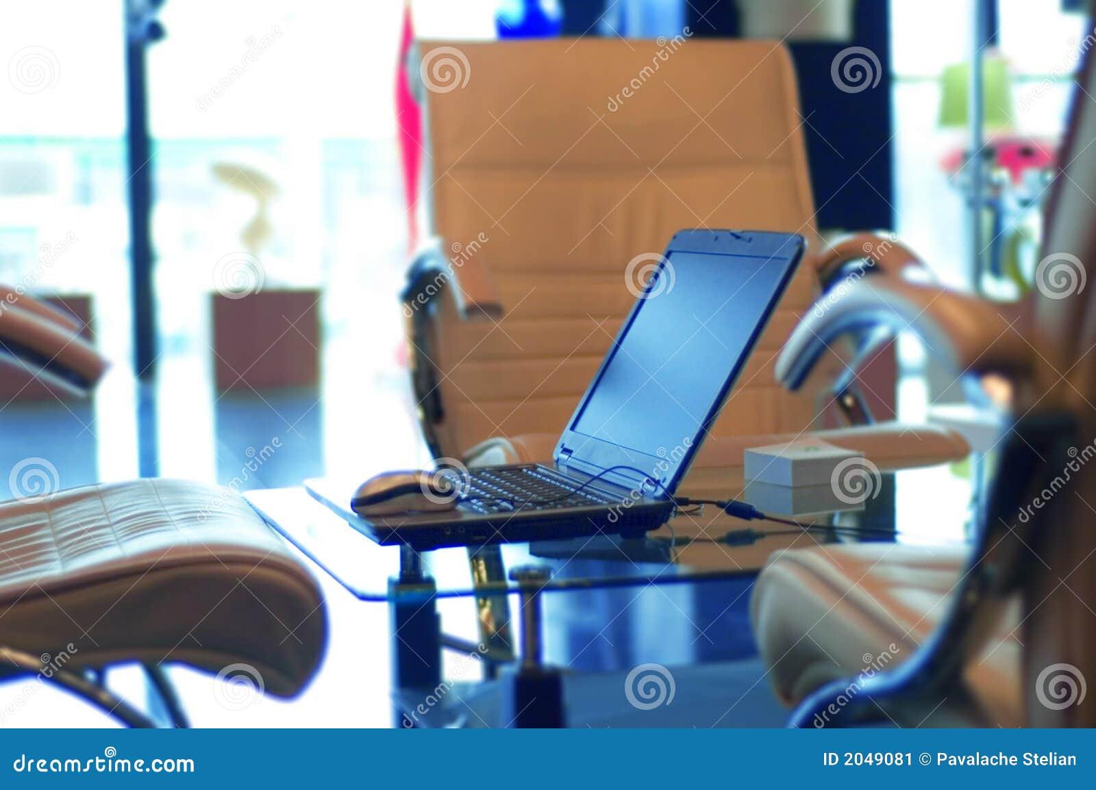 Oficina y computadora port til modernas imagen de archivo for Oficina portatil
