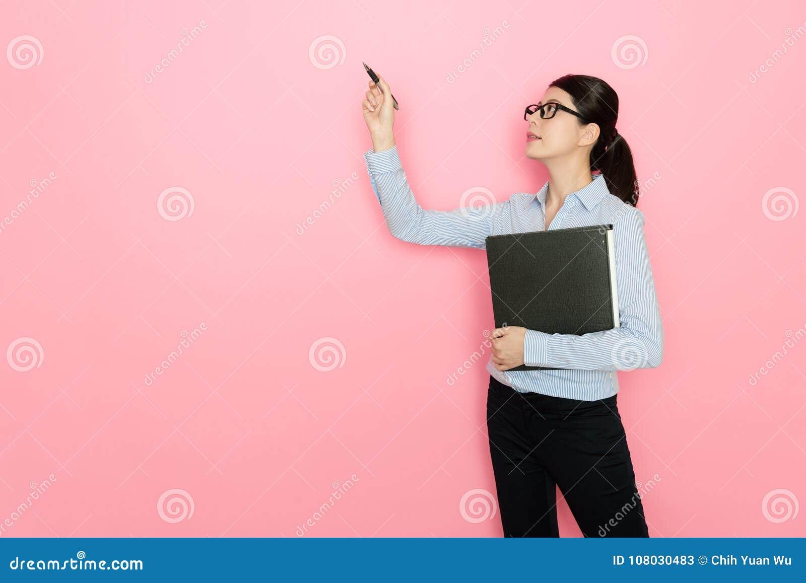 Oficinista bastante atractivo de la mujer que usa la pluma